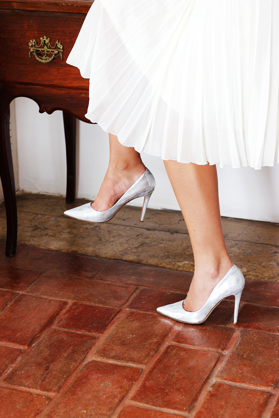 white-pleated-skirt